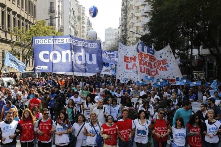 Paro nacional y multitudinaria marcha en defensa de la educación