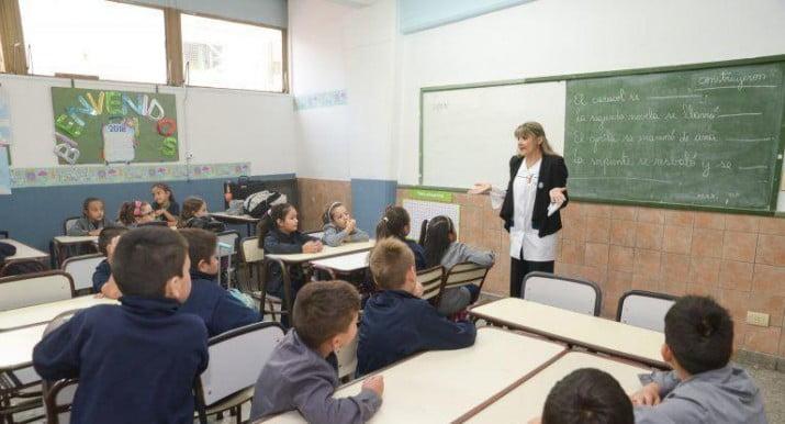 """""""Docentes taxi argentino"""" un tercio de los maestros trabaja en más de una escuela"""