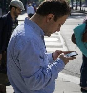 Peatones en peligro: el 40% mira el celular al cruzar la calle