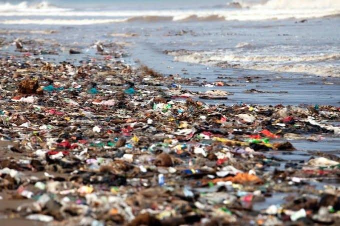 Alerta en la costa: el 80% de los residuos en las playas son plásticos