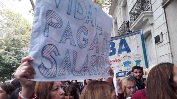 Los docentes le piden a Vidal que pague los salarios