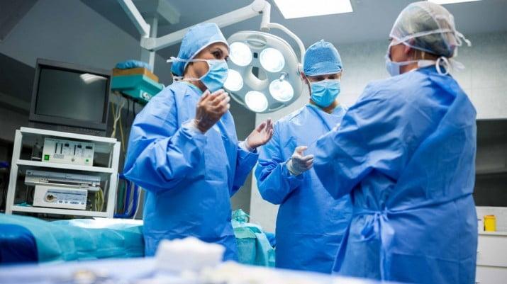 Denuncian que no entregan prótesis quirúrgicas por la disparada del dólar