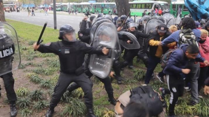 Tensión y represion en el acampe sobre la 9 de Julio