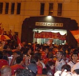 Arrojaron una bomba molotov en la sede de Independiente y un policía resultó herido