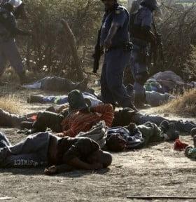 """Horror en Sudáfrica: la policía """"ejecuta"""" a 35 mineros en una protesta"""