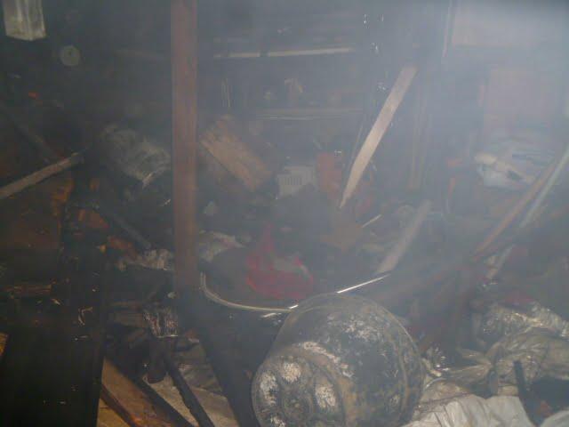 Las llamas ganaron un galpón que acopiaba maderas y herramientas