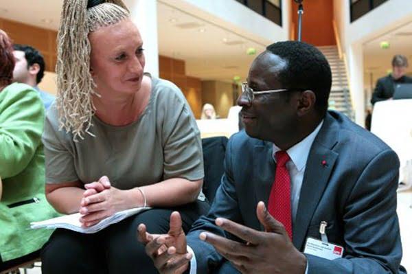 Un candidato de origen africano, en las puertas del Parlamento alemán