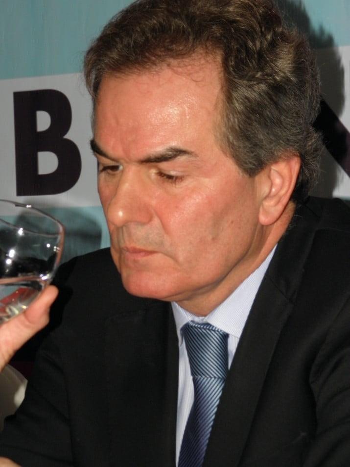 """""""Héctor Gay debe definir si es oficialista u opositor"""""""
