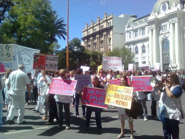"""Docentes y médicos se unen en la """"Marcha de los guardapolvos blancos"""""""