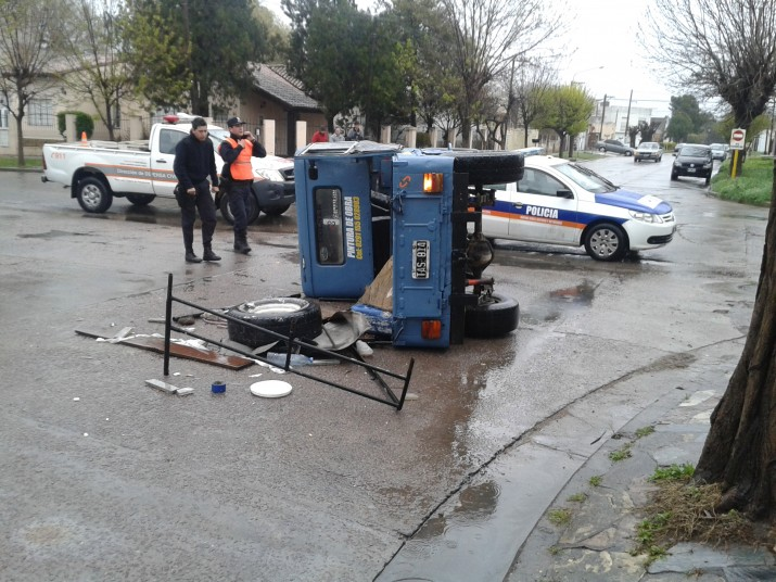 Automóvil chocó de atrás a un Jeep que terminó volcando