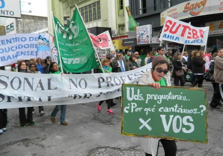 Médicos y docentes realizaron la 3era Marcha de Guardapolvos Blancos en la ciudad