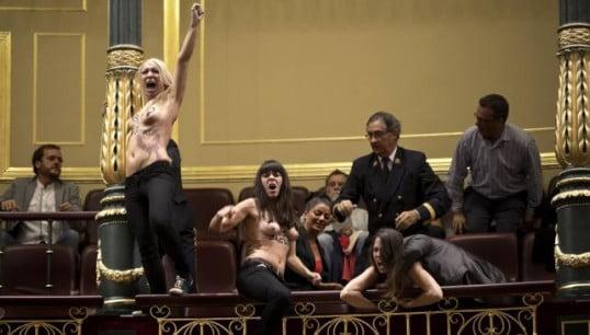 Mujeres en topless irrumpieron en el Parlamento español a favor del aborto
