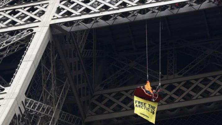 Colgado de la Torre Eiffel, activista de Greenpeace reclamó por presos en Rusia