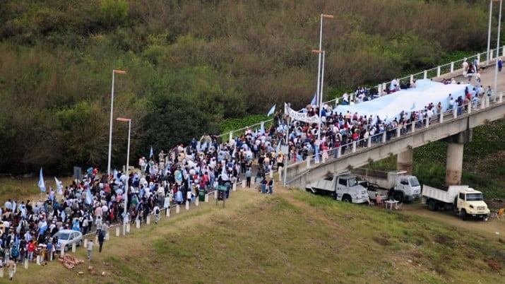 Gualeguaychú: vecinos vuelven a las rutas. Piden recargo en las compras en Uruguay
