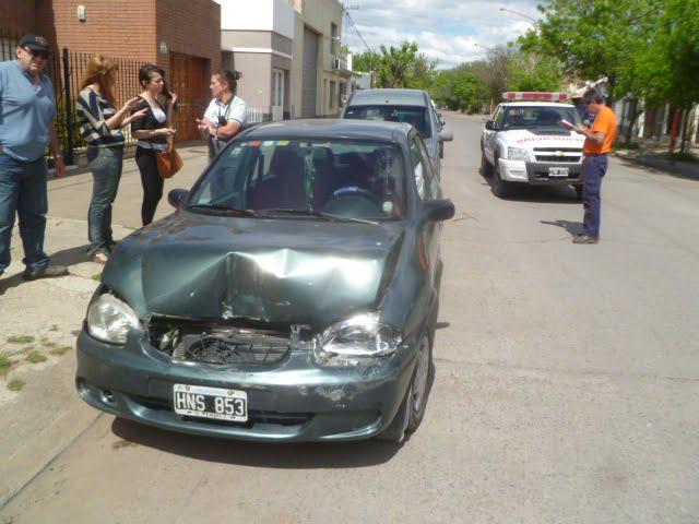 Automóvil chocó la parte trasera de una camioneta