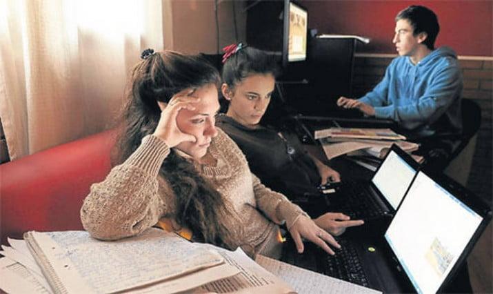 La mayoría de los jóvenes ven cine, escuchan música y leen por Internet