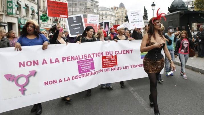 París: manifestación de prostitutas contra las multas a sus clientes