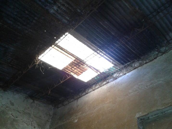 Un hombre cayó de un techo mientras limpiaba canaletas y está grave