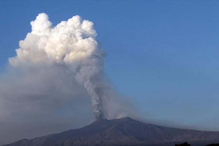 El volcán Etna hizo erupción y mantiene alerta a Italia