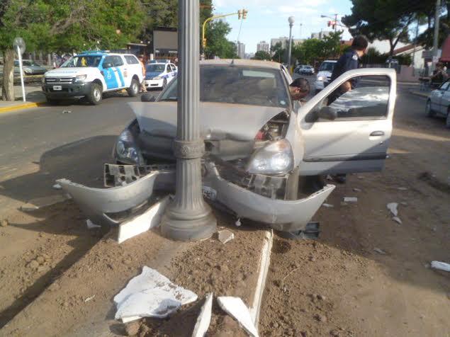 Automovilista chocó contra una columna. Motociclista herido tras choque con auto