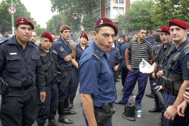 Fijan el salario inicial de los policías y la mayoría levanta la protesta