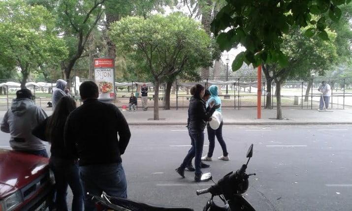 Policía bahiense: Desde anoche, efectivos y familiares se manifiestan frente al municipio