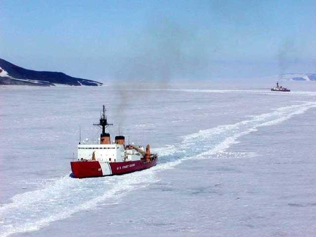 Rompehielos intentan rescatar a un buque atrapado en la Antártida