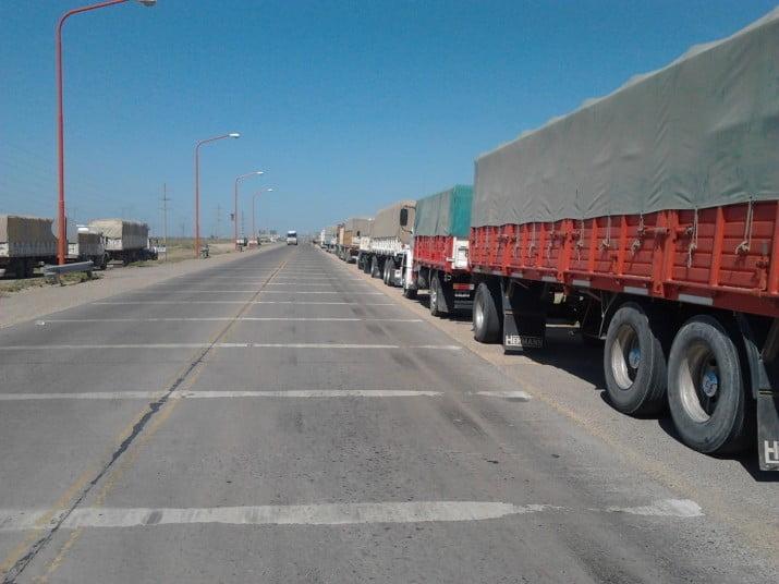 Contrapiquete en el acceso al Triángulo: más de 100 camiones apostados a la vera de la ruta 3