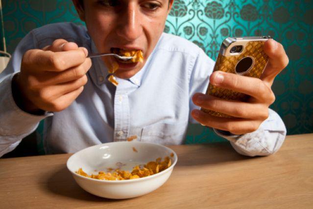 Aseguran que usar celulares en las comidas atenta contra la buena alimentación