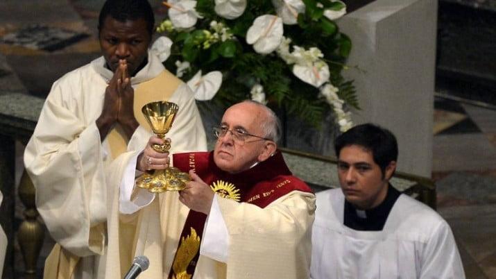 Francisco bautizó a la hija de una pareja que no está casada por Iglesia
