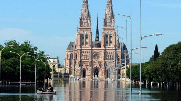 Inundación: por la crecida del río Luján el agua llegó a metros de la Basílica