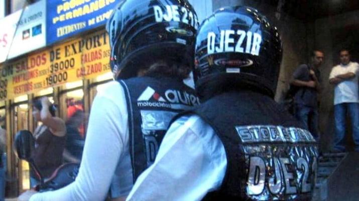 Buscan que motociclista y acompañante lleven escrita la patente en los cascos
