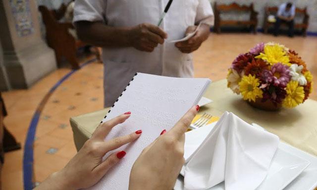 Impulsan ley para que restaurantes ofrezcan menú en braille