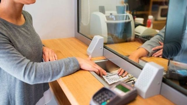 Bancos, escuelas y transporte en feriado: qué servicios funcionarán el lunes 8